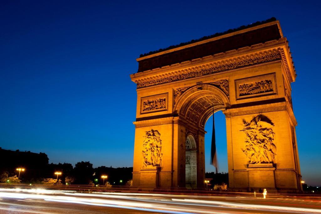 """法国跨年凯旋门大型声光秀打出""""博爱"""""""